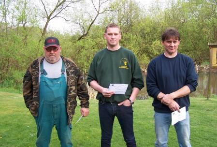 Von links: Bruno Adebar (2. mit 4400g), Dietmar Schröer (1. mit 6600g), 1.Gewässerwart Heinz Helle (3. mit 3920g)